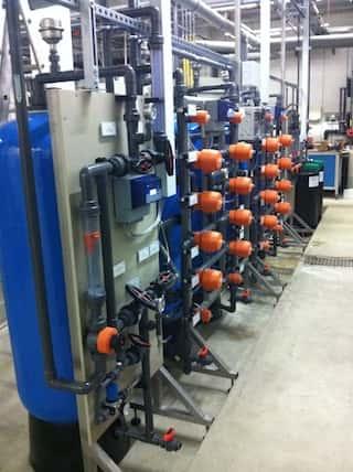 Vollautomatische 2-straßige Ionenaustauscheranlage zur Kreislaufführung von Spülwasser